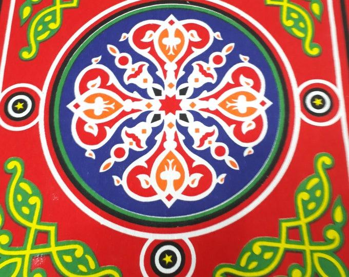 Nappe ramadan simple rustique. Motifs khayameya avec mandala et arabesque rouge. Décoration de table ethnique. Tissu mural. Cadeau hôtesse