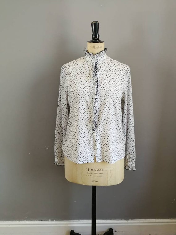 80s pie crust blouse / white and navy floral blouse with frill / pie crust collar / 80s women's shirt / white floral blouse / 80s office /