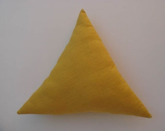 Coussin triangle en lin jaune moutarde