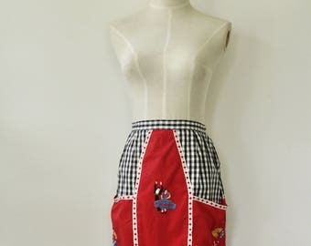 Vintage gingham apron. 1940s apron. Spanish Dancers. Embroidered apron. Red 40s apron. Gingham pinafore. Kitsch pinafore. Vintage house wife