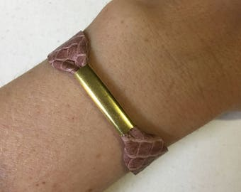 Mauve textured leather and brass bracelet adjustable