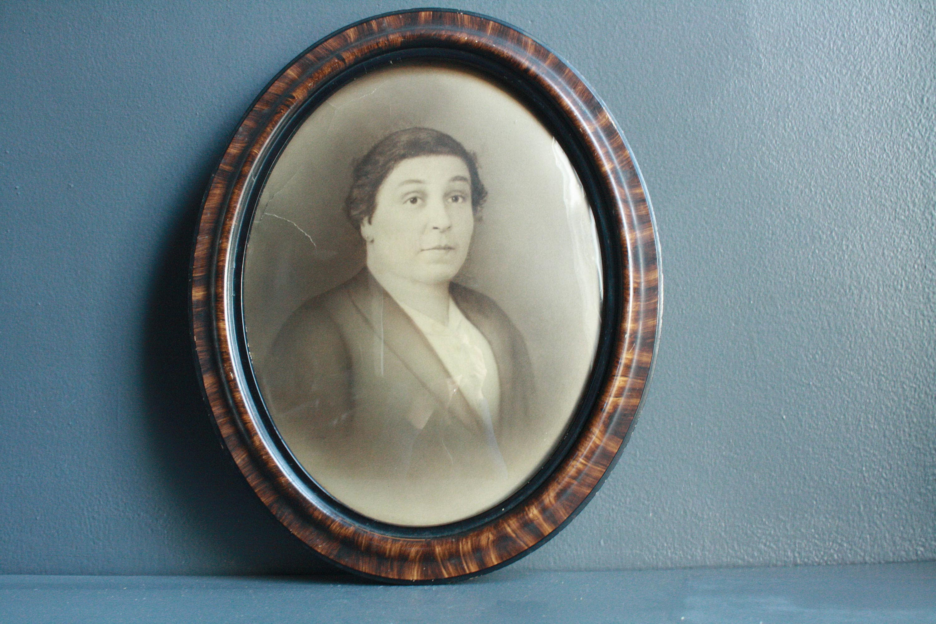 Antique oval tiger wood frame with bubble glass victorian description this is an antique oval tiger wood frame jeuxipadfo Gallery