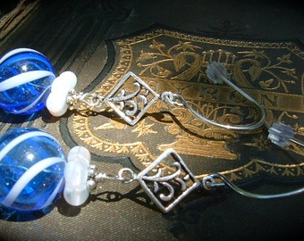 Bleu et blanc creux en verre boucles d'oreilles italien soufflé boucles d'oreilles en verre