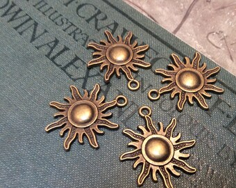 4x Sun Charms, Antique Brass Pendants C232