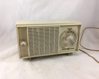 1970s General Electric Solid State Table Top Radio. AM Radio. Mid Century Modern. Retro Plastic Radio. Vintage Audio Decor. Photo Stage Prop
