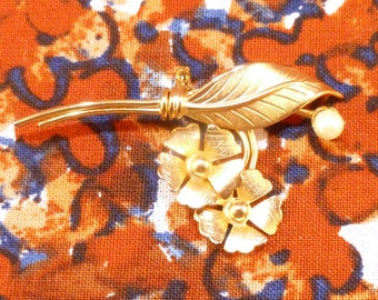 Vintage gold flower and faux pearl brooch
