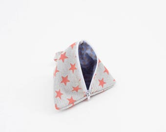 Triangular bag to store pacifiers with tape to hang wherever you want. Zippered closure
