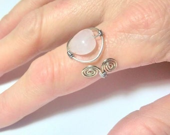 Adjustable ring with pink quartz heart