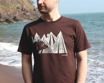 Organic Mens 'Mountain Bear' T-shirt hand screen printed with eco-friendly inks. Featuring a brown bear in front of a mountain range. 4HW5g8O