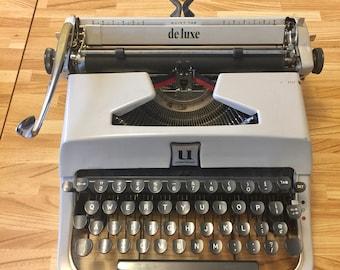 Vintage Underwood Typewriter Deluxe Portable Manual Typewriter with ribbon WORKS great
