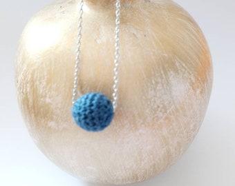 Ras de cou minimaliste ultra fin pour femme, collier court moderne et perle crocheté bleu, cadeau maman branché
