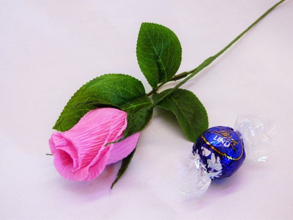 gallery of tres brotes de rosa de papel con tallos y chocolate adentro crepe de papel papel noviasan flores ramo de chocolate with hacer rosa de papel - Hacer Rosas De Papel