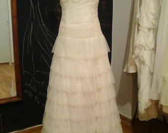 Wedding dress made of ivoire tulle with ruffles.