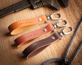 Custom leather keychain, vegetable tanned leather, customizable gift, keychain, chocolate, cognac or honey color.
