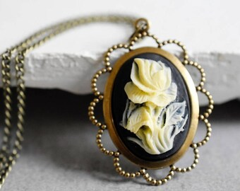 The rose necklace in vintage style
