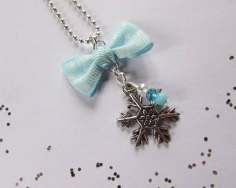 """""""Snowflake"""" necklace in silver."""