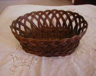 Lovely old wicker oval basket measureing 9 1/2 by 6 1/2 in great condition.. The design of the weaving is very interesting and lovely.