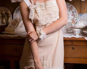 linen and lace apron. hostess apron. vintage lace apron.