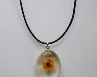Resin white flower necklace