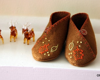 Felt baby booties, baby shoes, hand embroidered.