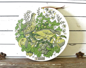 Round Mid Century Wooden Carving Board with Partidge Birds, Fruits and Berries, Holt Howard Cutting Board in VIntage Avocado Greens