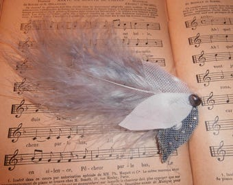 A voluptuous feather brooch