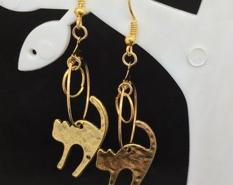 Creole gilded with suspended cat (for bored ear)
