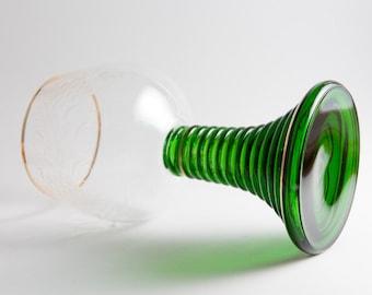 Copa de vino vintage, con pie verde