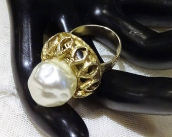 Pretty Vintage  Large Faux Baroque Pearl Expandable Ring