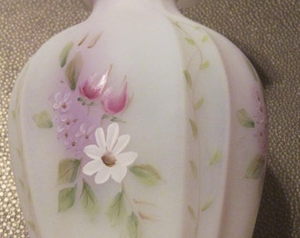 Fenton White dainty vase hand painted by  Cutshaw  daisy  vine pattern all the way around