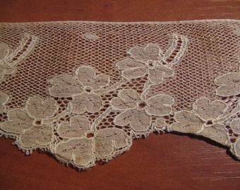 """Beautiful antique French silk lace. Size 8 cm x 1.60 mtr (3.1 """"x long 63"""") ... ca. 1920!"""
