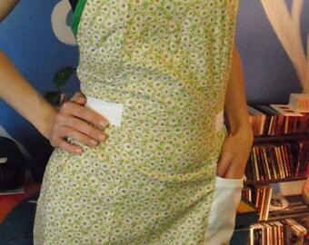 Daisy print apron with green trim