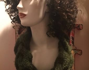 Tricoté à la main Noël couronne verte de style cache-cou, câbles, acrylique, vert de chasseur, chaud