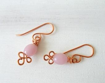 Orecchini piccoli con pendente rosa  di vetro opaco ideali per un regalo di compleanno