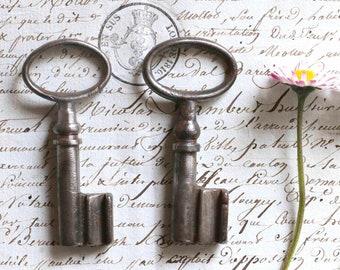 "2 old little french  keys :  2,7 "" long (6,6 cm)"