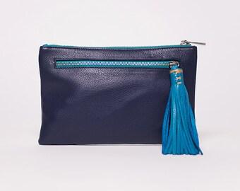 Sac à main pochette Quick clutch/ avec bandouilère amovible/ cuir pleine fleur marine # 44/  pompon cuir turquoise # 49