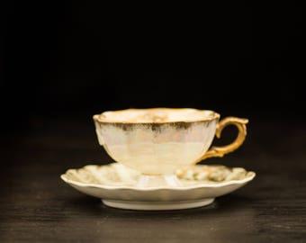Tasse à thé vintage en or avec une plaque de