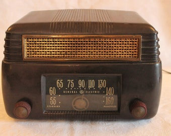 1947 General Electric Tube Radio - Bakelite, Model 202 in Working Condition
