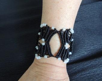 Cuff bracelet in macrame black and white