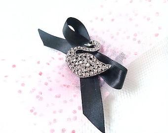 Grey Swan (brooch)