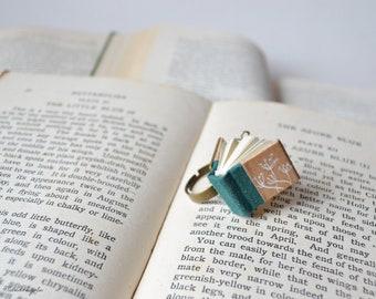 Anello con libro verde  e fiori di tarassaco / soffioni . Anello con libro vero in miniatura