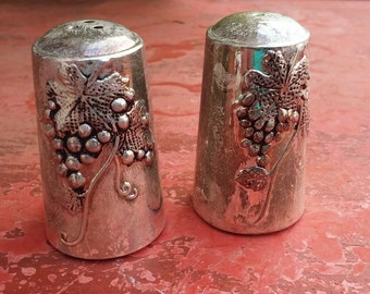 Salt and pepper cellars, metal salt and pepper cellars, classic textured silverware salt & pepper cellars, grapes silverware (Varv/pras2)