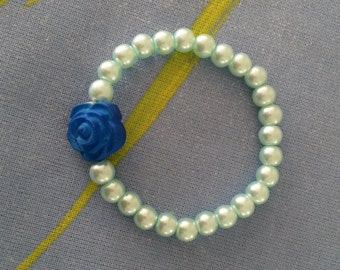 Cute green (mint) glassbeads stretchy bracelet with a large blue rose