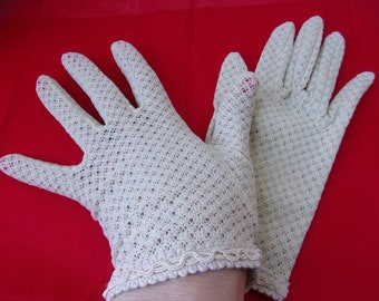 Antique Wintage Off White Lace Gloves, Size 7, Pretty Wrist Gloves, Slit at the Wrist