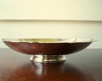 Vintage scallop rim silverplate footed bowl.  Wm A Rogers by Oneida footed silver bow.  Entry catch all bowl.