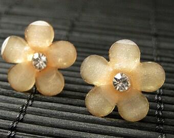 Les boucles d'oreilles Marguerite jaune abricot. Boucles d'oreilles des fleur de strass sur boucles d'oreilles argent. Bijoux faits main.