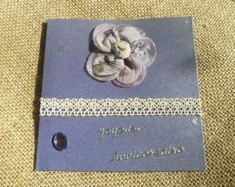 Carte double faite main , pour un anniversaire  , couleur violette , décors fleur en tissu , 12x12  cm + enveloppe