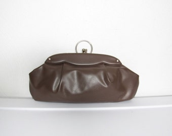 CLEARANCE Brown Clutch / Vintage 50s - 60s Vinyl Purse w/ Finger Ring Handle / Kiss Lock Closure