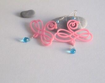 Orecchini arabesco rosa con gocce azzurro acquamarina - orecchini con disegno barocco e swarovski azzurri