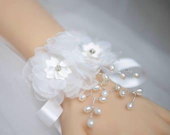 Wedding Corsage, White Silk Flower with Pearls Wrist Corsage, Bride Bridesmaids Corsage Gift, Prom Wedding Corsage Bracelet YQL012